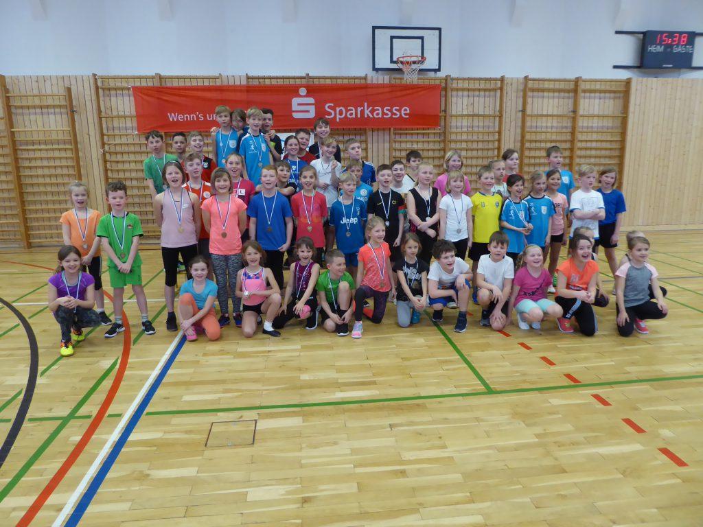 Hochsprung-Wettkampf für Grundschüler